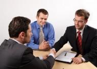 Podpisując umowę z agencją nieruchomości, należy pamiętać o kilku podstawowych zasadach. Fot. Fotolia